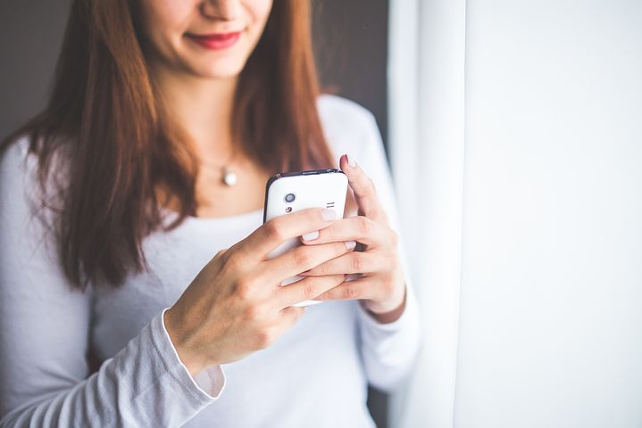 woman using Smappee app on her smart phone